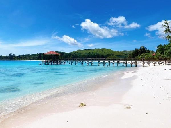 Tak hanya mengunggah foto diri, Bella juga memotret pesona pantai di Pulau Buru tersebut. Indah bukan main(@bellashofie_rigan/Instagram)