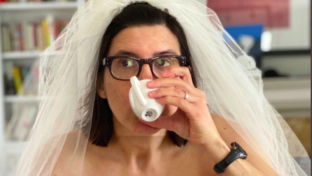 Viral di Twitter, Ibu-ibu Pakai Gaun Pengantin Saat Isolasi Diri