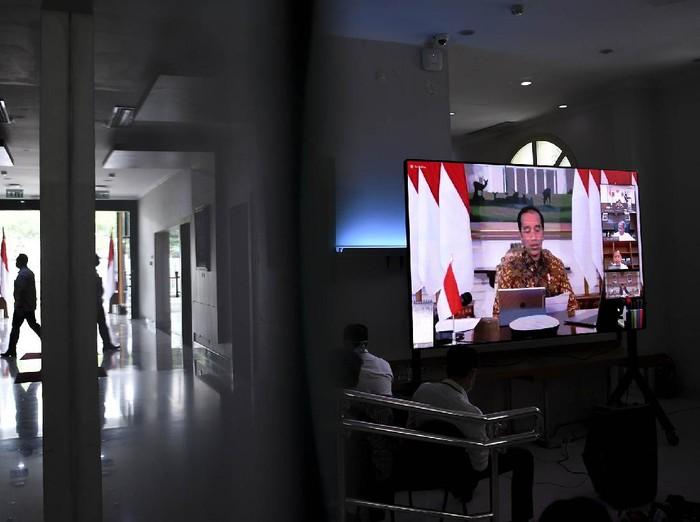 Layar menampilkan rapat terbatas (ratas) melalui konferensi video yang dipimpin Presiden Joko Widodo dari Istana Bogor di ruang wartawan Istana Kepresidenan, Jakarta, Senin (30/3/2020). Presiden Joko Widodo memimpin dua ratas yakni antisipasi mudik lebaran dalam mencegah penyebaran COVID-19 dan laporan Tim Gugus Tugas Covid-19. ANTARA FOTO/Hafidz Mubarak A/foc.