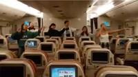 Mahasiswa Menari Hibur Awak Kabin di Penerbangan Terakhir SQ