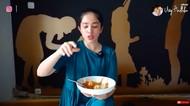 Di Rumah Saja, Ussy Sulistiawaty Bikin Siomay Sampai Steak Sendiri