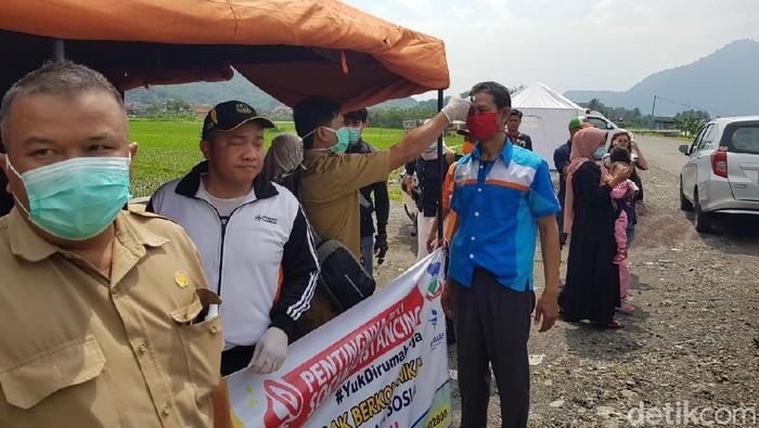 Pemkab Garut mengoptimalkan pembatasan gerak warganya untuk mencegah virus Corona masuk Garut. Salah satu caranya dengan 'menyaring' warga di perbatasan.