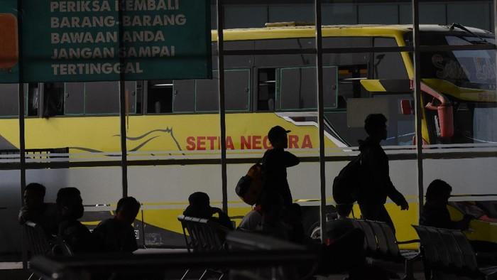 Penumpang menaiki bus Antar Kota Antar Provinsi di Terminal Pulo Gebang, Jakarta, Minggu (29/3/2020). Kementerian Perhubungan mengimbau agar warga membatalkan niatnya pulang kampung, untuk mencegah penyebaran COVID-19. ANTARA FOTO/Indrianto Eko Suwarso/foc.