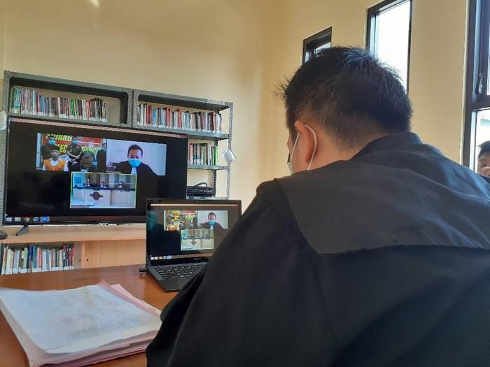 Kejaksaan Negeri Kabupaten Malang menggelar sidang melalui video conference di tengah wabah Corona. Ini sebagai penerapan physical distancing demi memutus rantai penyebaran covid-19.