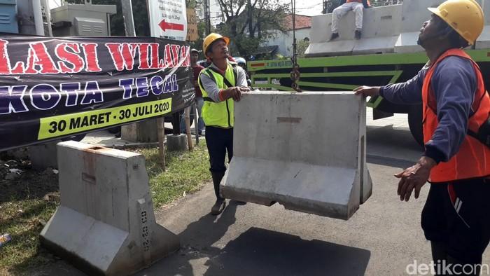 Hari pertama diberlakukannya isolasi wilayah di Kota Tegal belum berjalan sesuai rencana.  Sejumlah petugas masih sibuk menutup akses jalan di kawasan kota.