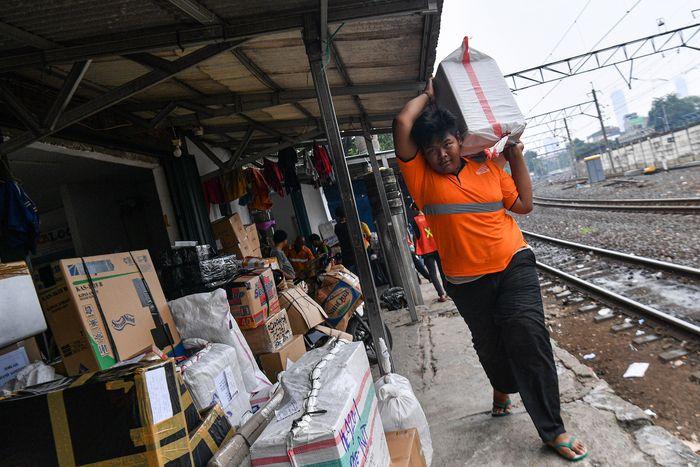 Jasa pengiriman logistik melalui kereta api menurun menurut sejumlah perusahaan jasa di sekitar stasiun senen sekitar 15 hingga 30 persen sebagai imbas dari wabah COVID-19.