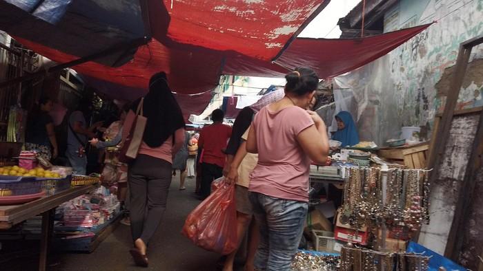 Pasar kaget terus menjamur meski telah diberlakuka sistem belanja online di beberapa PD Pasar Jaya. Salah satu pasar ilegal tersebut berada di kawasan Menteng Atas.