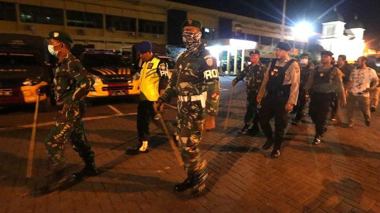 TNI-Polri Patroli Malam Bubarkan Kerumunan Warga