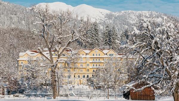 Seperti diberitakan oleh banyak media asing, Raja Rama X yang berumur 67 tahun itu diketahui memesan seluruh fasilitas hotel spa mewah yang bernama Grand Hotel Sonnenbichl di kota resor Alpen, Garmisch Partenkirchen, Jerman (Leuchtende Hotelfotografie/Grand Hotel Sonnenbichl)