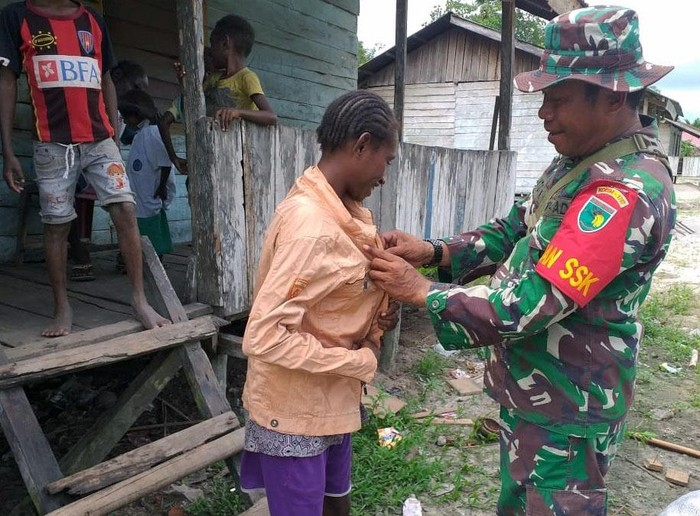 Satgas TMMD Ke-107 Kodim 1707/Merauke membagikan baju layak pakai kepada warga Kampung Epem, Distrik Citak Mitak, Kabupaten Mappi, Papua. Begini momennya.