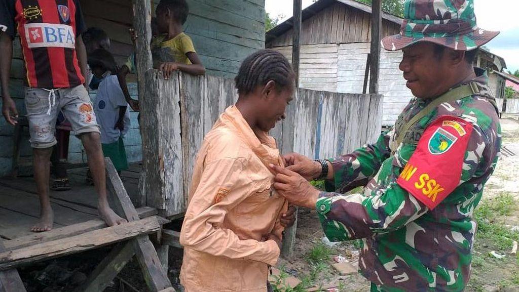 Satgas TMMD 107 Bagikan Pakaian Layak Pakai Pada Warga Kampung Epem
