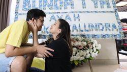 Mantul! Suami Hadiahi Tya Ariestya Papan Bunga Berhias Uang Rp 50 Ribu