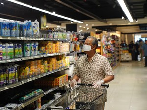 Gaya PM Malaysia ke Supermarket Saat Corona, Pakai Sarung Tangan Medis
