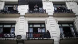 Seorang warga Argentina membuat masker pelindung untuk tim medis sebagai kegiatan mengisi waktu luang ketika ada himbauan untuk diam di rumah akibat COVID-19.