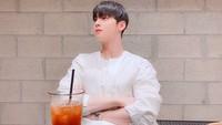 Pesona Tampan Cha Eun Woo Saat Cicip Burger hingga Es Kopi