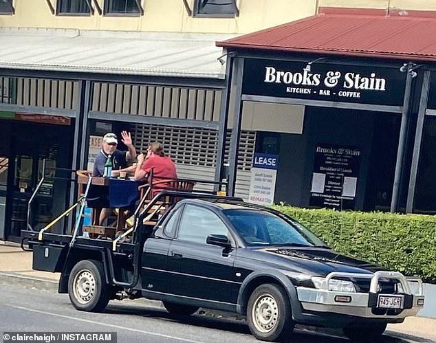 Hindari 'Social Distancing' di Resto, Pasangan Ini Makan di Bak Mobil!
