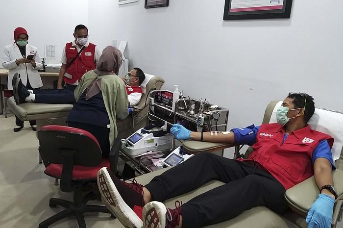 Di tengah pandemi Corona, PMI terus mengedukasi masyarakat akan aktivitas donor darah yang aman di tengah kondisi wabah Corona. Acara berlangsung di kantor PMI DKI Jakarta, Selasa (31/3).