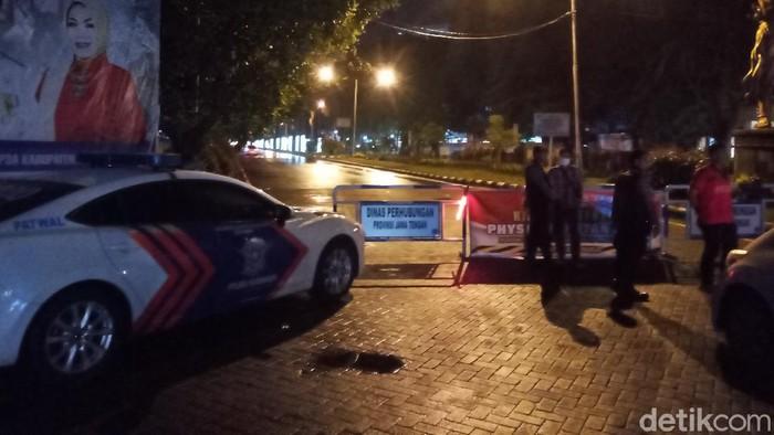 Jalan utama Solo-Sukoharjo, Jalan Ir Soekarno Solo Baru, ditutup saat malam selama tujuh hari, Selasa (31/3/2020).