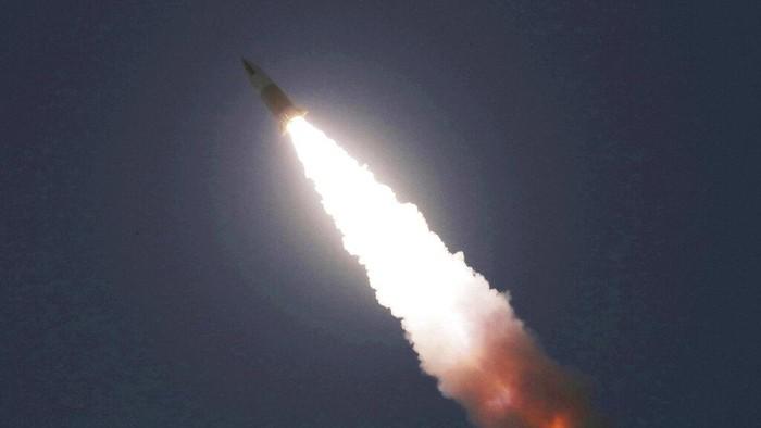 Media milik pemerintah Korea Utara melaporkan, Senin (30/3), Korea Utara sukses melakukan uji coba peluncuran roket-roket terbaru sehari lalu.