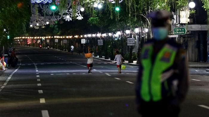 Jokowi meminta penerapan pembatasan sosial dilakukan dalam skala besar. Sejumlah daerah di Indonesia pun mulai terapkan pembatasan jam malam guna cegah Corona.