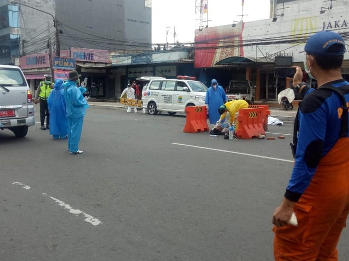 Petugas medis evakuasi warga