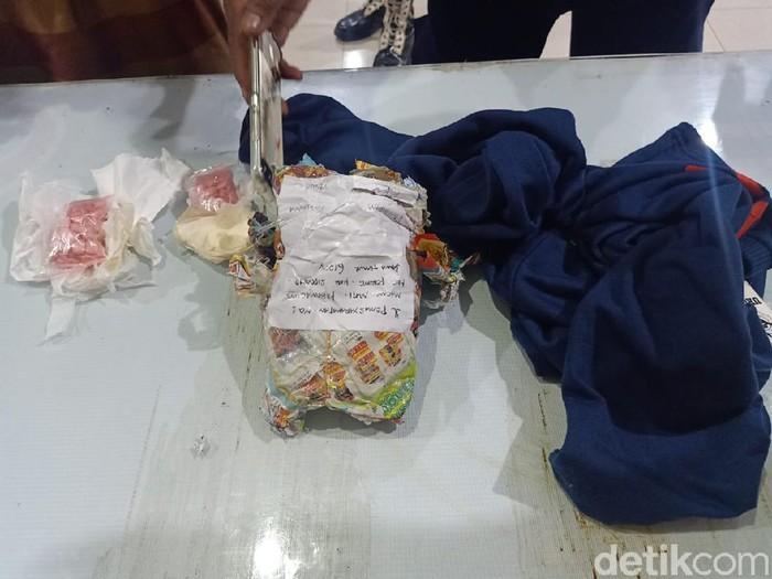 Sipir Lapas Klas I Surabaya di Porong menggagalkan penyelundupan 200 butir pil diduga ekstasi. Ratusan pil itu ditujukan pada warga binaan.