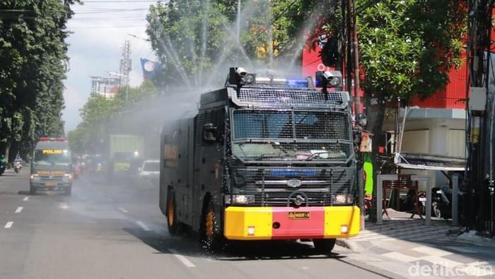 Jalanan Surabaya Disemprot Cairan Disinfektan