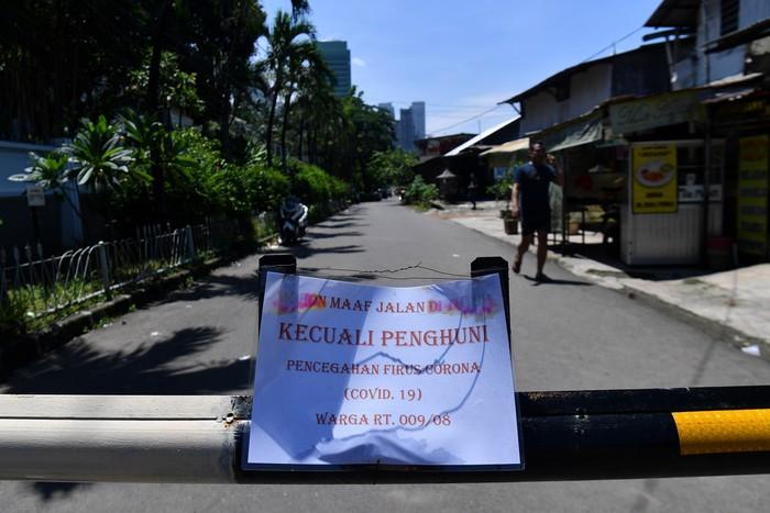 Meski pemerintah belum mengumumkan karantina wilayah, sejumlah warga telah menutup akses ke pemukiman mereka. Salah satunya di Kebayoran Lama, Jakarta.