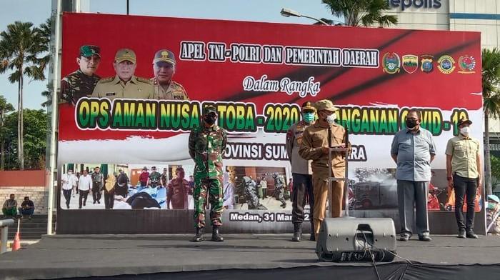 Gubsu Edy Rahmayadi memimpin apel gabungan penyemprotan disinfektan di Medan (Ahmad Arfah/detikcom)