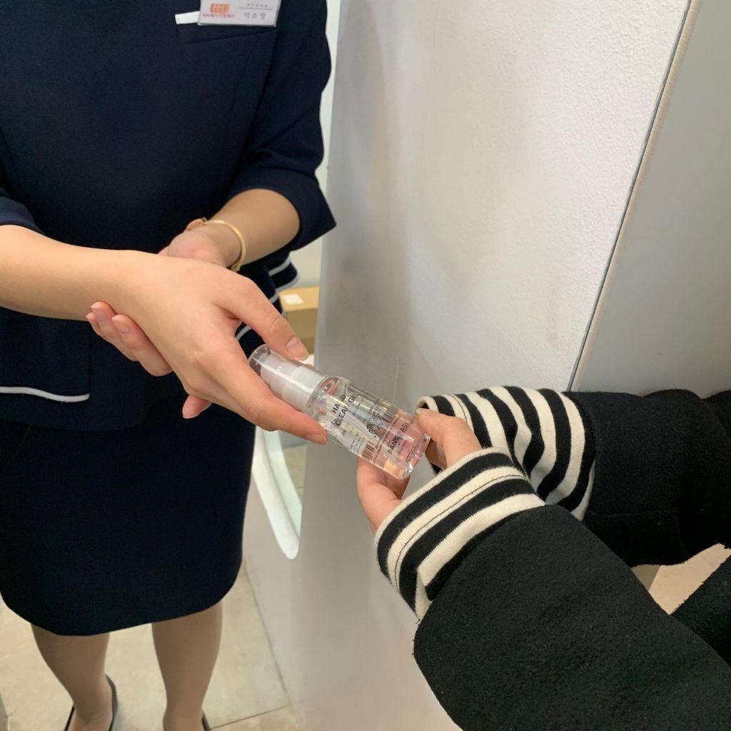 Cegah Covid-19, RS Operasi Plastik di Korea Bagikan Hand Sanitizer