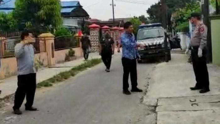 Anggota DPRD Medan cekcok mulut dengan polisi terkait proses pemakaman PDP Corona (Screenshot video viral)