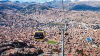 La Paz adalah ibu kota Bolivia yang berlokasi di puncak bersalju di Pegunungan Andes. Di sana ada kereta gantung yang melayang-layang di atas jalanan pusat kota (Foto: CNN)