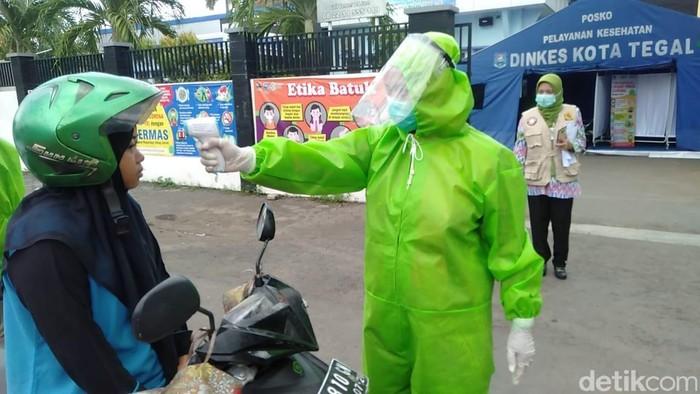 Isolasi wilayah di Kota Tegal, Jawa Tengah, untuk mencegah virus corona mulai dilaksanakan hari ini. Puluhan petugas dengan memakai APD berjaga di perbatasan.