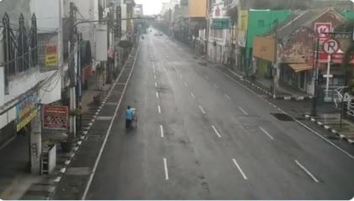 Tukang bandros di jalanan yang sepi