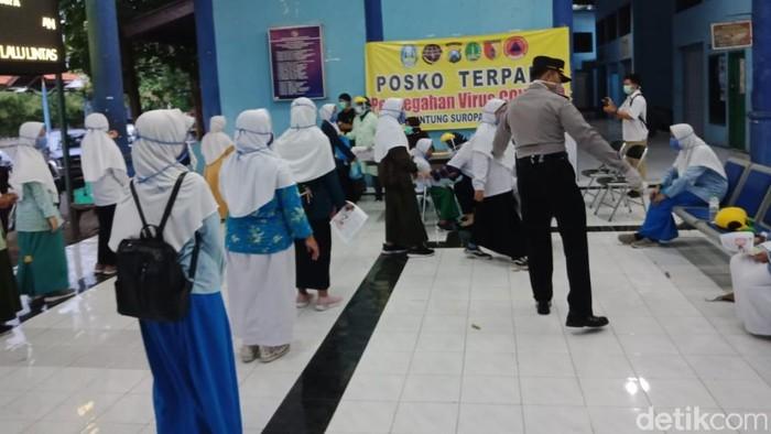 Santri asal Pasuruan dari ponpes di sejumlah daerah di Jatim mulai pulang kampung. Sore tadi ada 30 santri Ponpes Nurul Jadid Paiton Probolinggo yang tiba di Pasuruan.