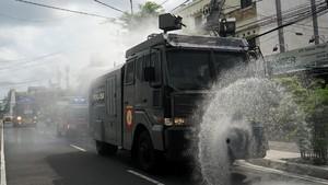 Kendaraan Taktis Polisi Bantu Semprotkan Disinfektan di Jalan