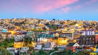 Badan legislatif nasionalChile dapat menikmati matahari terbenam Samudra Pasifik dari Kota Valparaíso. Kota iniadalah pusat bangunan bersejarah yang terdaftar di UNESCO (Foto: CNN)