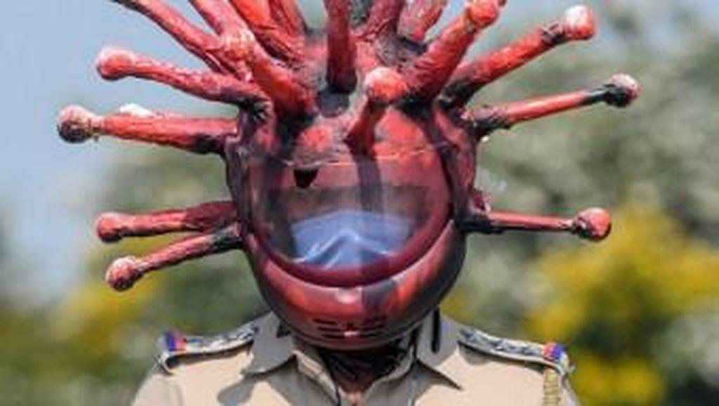 Gaya Polisi India Pakai Helm Corona Demi Tertibkan Warga saat Lockdown