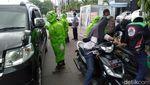 Potret Petugas Pakai APD Jaga Perbatasan Kota Tegal