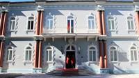 Rumah-rumah mewah besar dan museum jadi saksi saat Cetinije didapuk sebagai pusat kekuasaan di Montenegro. Kediaman resmi Presiden masih ada di sana, yakni di Istana Biru (Foto: CNN)
