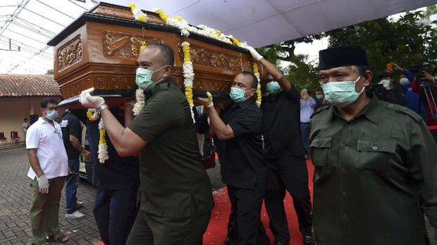 Bob Hasan meninggal karena kanker paru-paru. (