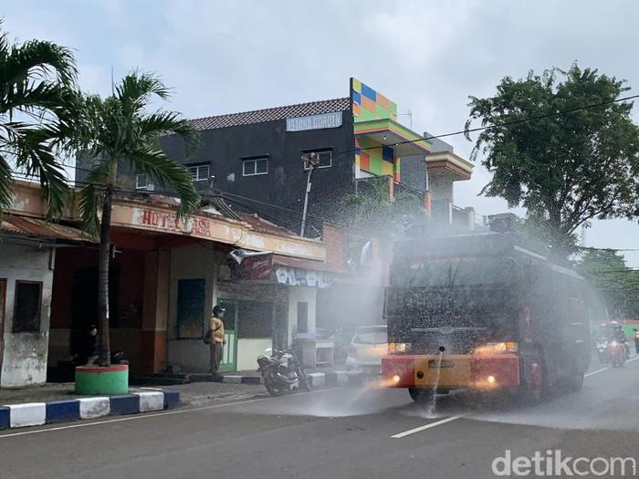 Water canon dan mobil damkar Bojonegoro digunakan untuk menyemprotkan disinfektan di jalan. Itu dilakukan untuk menekan penyebaran virus corona.