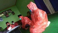 Viral Pengantin Ijab Kabul Pakai Jas Hujan di Temanggung