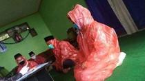 Viral Pengantin Ijab Kabul Pakai Jas Hujan, Ini Kata Kemenag Temanggung