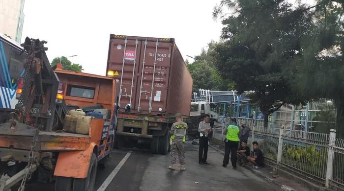 Truk kontainer tabrak halte TransJ di Penjaringan karena sopir mengantuk (dok. TransJ)