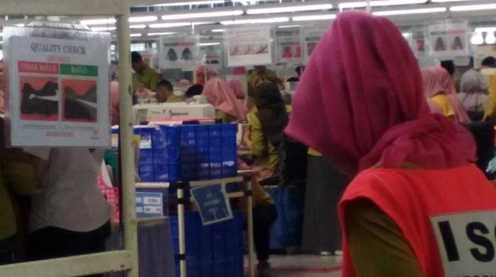 Buruh parik di Sukabumi tetap bekerja di tengah wabah Corona
