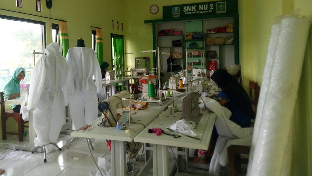 Pelajar SMK di Lamongan Produksi APD Tenaga Medis, Khofifah Terharu