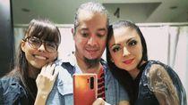 Foto: Pria yang Menjalani Hidup Poliamori, Akur Bersama Istri dan Kekasih
