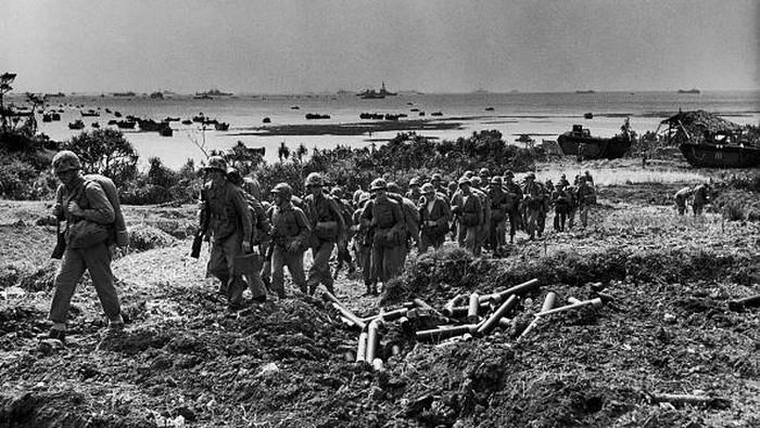 75 tahun lalu, dunia lagi dirundung Perang Dunia 2. Untuk mengakhiri, pasukan sekutu mulai menyerbu Okinawa, Jepang, tepat di hari ini di tahun 1945.