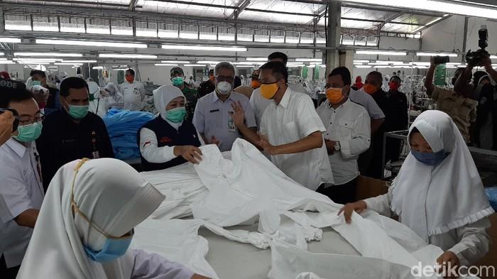 gubernur khofifah kunjungi pabrik produsen hazmat